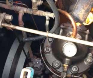 Het starten van de 100 jaar oude motor